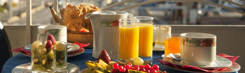 petit-déjeuner sur terrasse de restaurant à Meyzieu