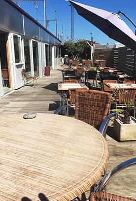 Terrasse et entrée du restaurant La Table de Lyse