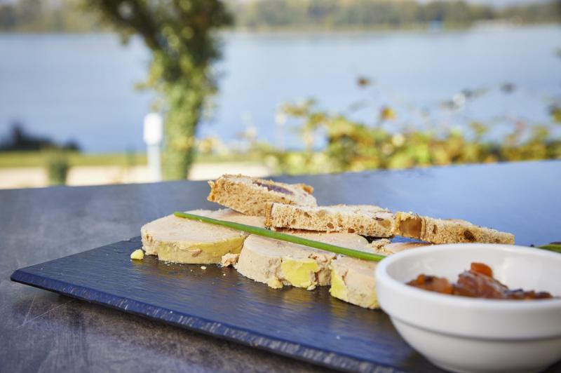 préparation au foie gras sur la terrasse de La Table de Lyse